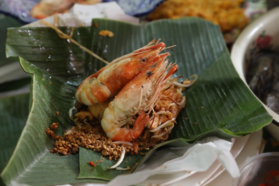 """""""ผัดไทยใบตองเจ๊ตา"""" ตำนานความอร่อยจากเตาถ่าน!!"""