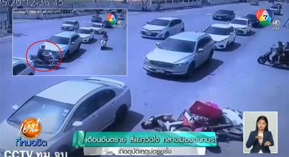 นาทีแยกวัดใจ! หนุ่มขี่จักรยานยนต์ไม่ระวัง ชนสนั่นรถวิ่งทางตรง นอนแน่นิ่งกลางถนน