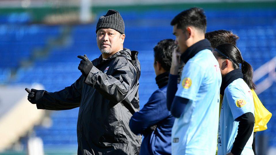 """""""โค้ชโย่ง"""" กำชับนักเตะทีมชาติไทย U-23 เล่นรัดกุมเกมเปิดสนามพบ มองโกเลีย เจ้าภาพ(มีคลิป)"""