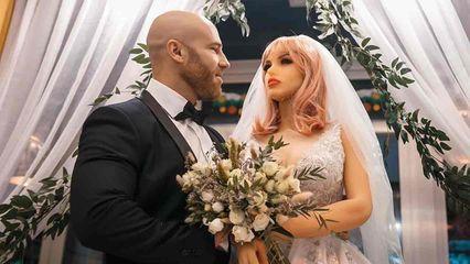 นักเพาะกายคาซัคฯ ประกาศแต่งงานกับ quot;ตุ๊กตายางquot; หลังดูใจกันนานกว่า 1 ปี